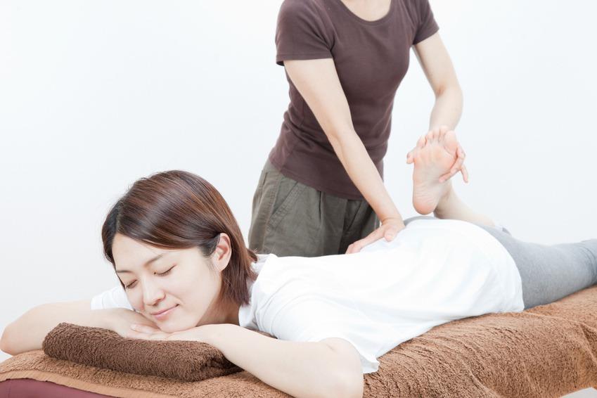 腰痛治療を受ける女性
